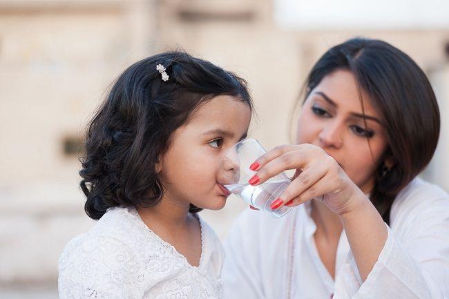 Cukup Minum Bantu Lindungi Kesehatan Keluarga Saat Berpuasa - Alodokter