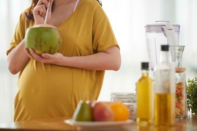 Inilah 5 Manfaat Air Kelapa untuk Ibu Hamil - Alodokter