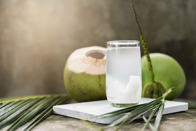 Air Kelapa Muda VS Air Kelapa Tua, Mana yang Lebih Sehat? - Alodokter