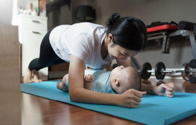 5 Olahraga Bersama Bayi yang Bisa Bunda Lakukan di Rumah - Alodokter