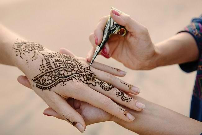 Ketahui Hal Ini Sebelum Menggunakan Tato Henna - Alodokter