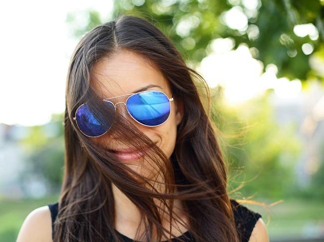 Tidak Hanya Keren, Pakai Kacamata Hitam Melindungi Mata - Alodokter