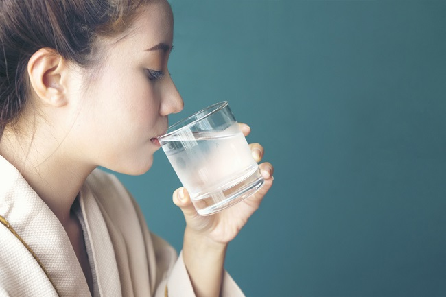 Benarkah Tidak Boleh Minum Air Dingin Saat Menstruasi? - Alodokter