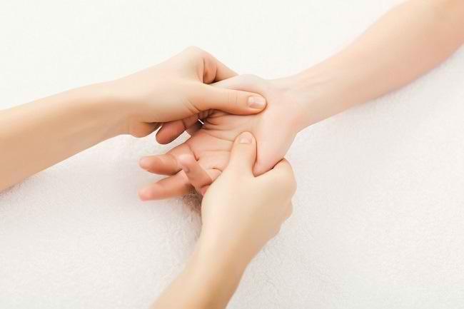 Pijat Refleksi Tangan Beserta Manfaatnya bagi Kesehatan - Alodokter