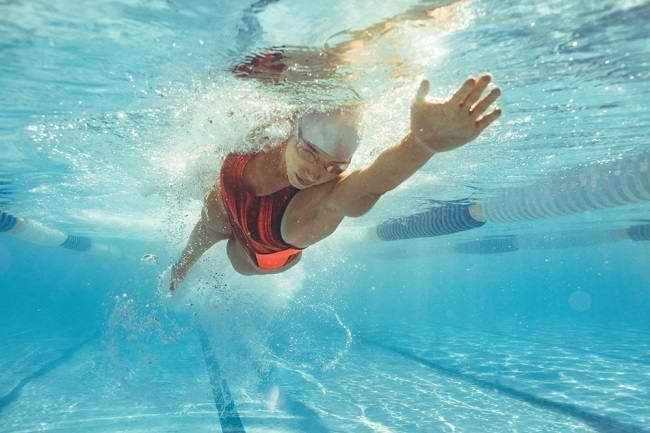 Kenali Jenis dan Manfaat Olahraga Air untuk Radang Sendi - Alodokter