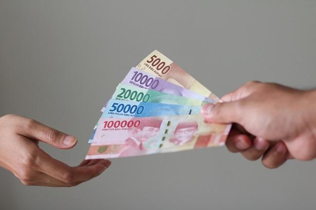 Uang Tunai Menularkan Virus Corona, Benarkah? - Alodokter