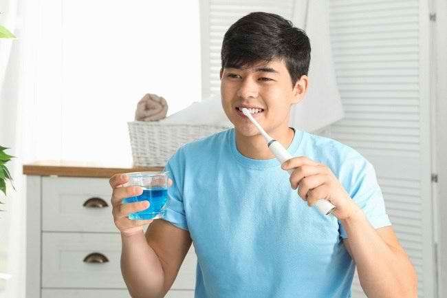 Perlukah Menggunakan Obat Kumur Setelah Menyikat Gigi? - Alodokter