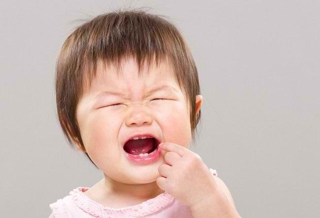 Cara Menghadapi Bayi Tumbuh Gigi yang Sering Rewel - Alodokter
