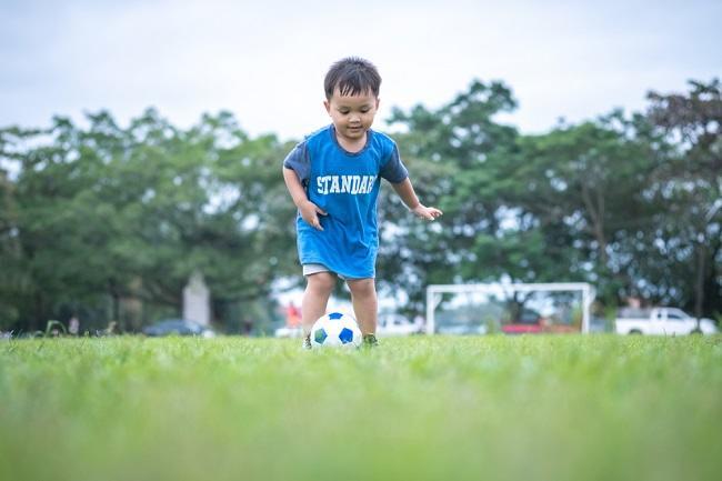 Jangan Dilarang, Ini Manfaat Bermain Sepak Bola bagi Anak - Alodokter