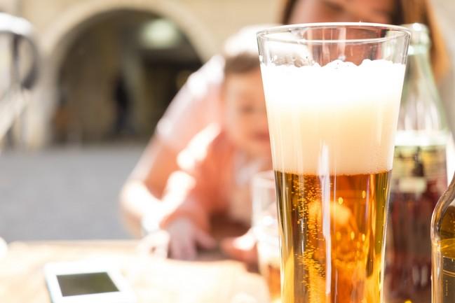 ดื่มแอลกอฮอล์ในช่วงให้นม อันตรายที่คุณแม่ควรรู้