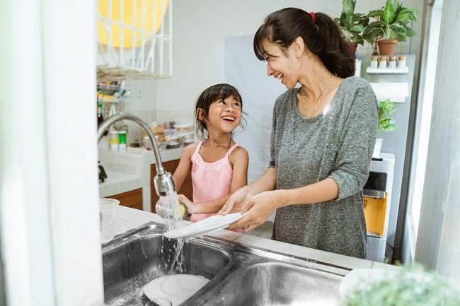 6 Manfaat Melibatkan Anak dalam Pekerjaan Rumah Tangga - Alodokter