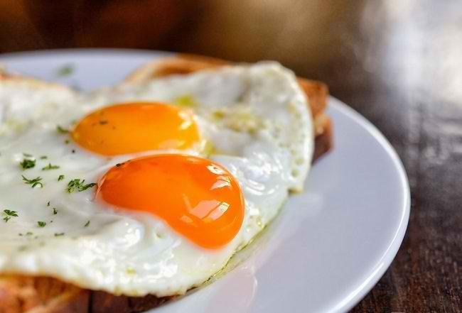 Kenali Bahaya Telur Setengah Matang bagi Kesehatan - Alodokter