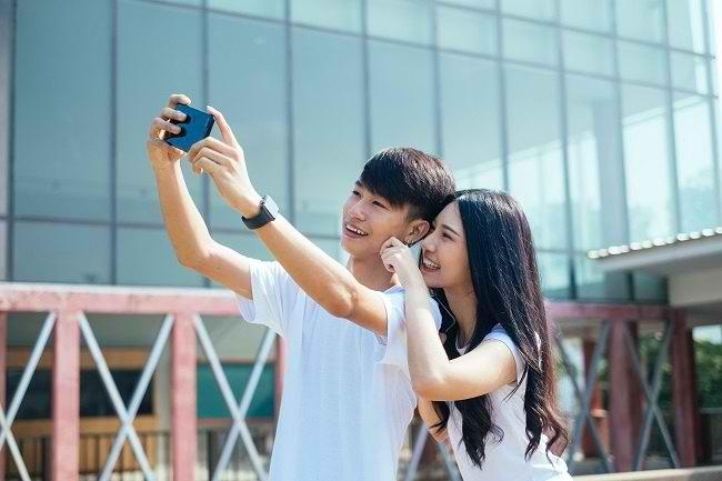 Umbar Kemesraan di Media Sosial Tanda Lebih Bahagia? - Alodokter