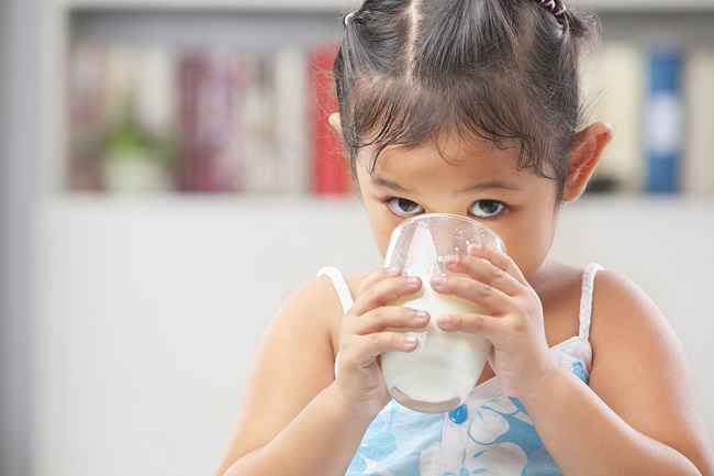 Jangan Biarkan Anak Terlalu Banyak Minum Susu, Ini Risikonya! - Alodokter