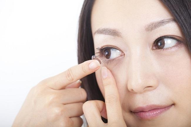 Mengenal Jenis Lensa Kontak, Soft Lens dan Hard Lens - Alodokter