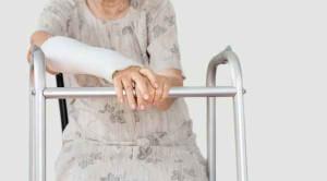 ดูแลผู้สูงอายุอย่างไรไม่ให้กระดูกหัก