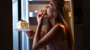 หิวตอนดึก สาเหตุและวิธีหยุดความหิวยามค่ำคืน