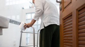ปัสสาวะเล็ดในผู้สูงอายุ รู้จักสาเหตุและการรักษาปัญหาที่มาพร้อมวัย