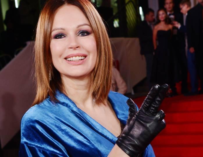 Леди в синем: Безрукова подчеркнула фигуру силуэтным платьем с разрезом