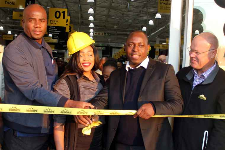 rom left to right: Khosi Ramovha of Thavhani Property Investments, Store Manager of Builders Express Onica Mothapo, Mayor of Thulamela Municipality Cllr A S Tshifhango and Rory O'Connor, Divisional Operations Manager of Builders Warehouse.