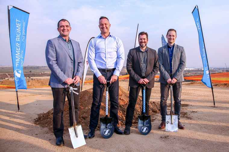 From left to right: Melt Hamman – CEO Attacq, Steven Orange – Zimmer Biomet Vice President Northern Europe, Andre Rheeder – CEO Sanlam Properties and David Oosthuizen – Attacq Senior Development Manager Industrial.