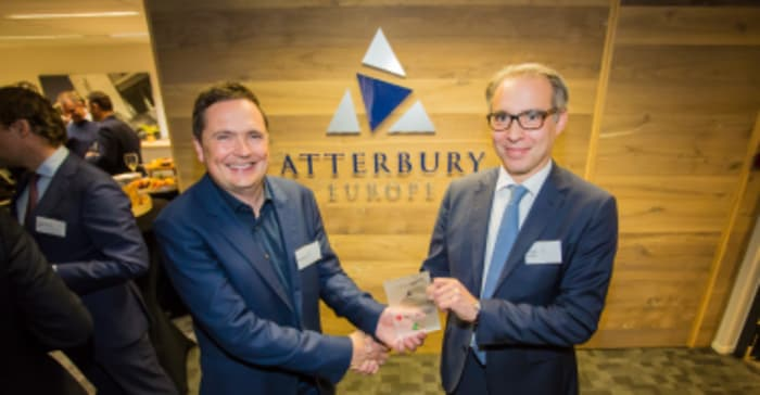 InnovationQuarter's Chris van Voorden presents a special plaque to Atterbury Europe's CEO Henk Deist, on behalf of the City of Leiden, InnovationQuarter and the NFIA.