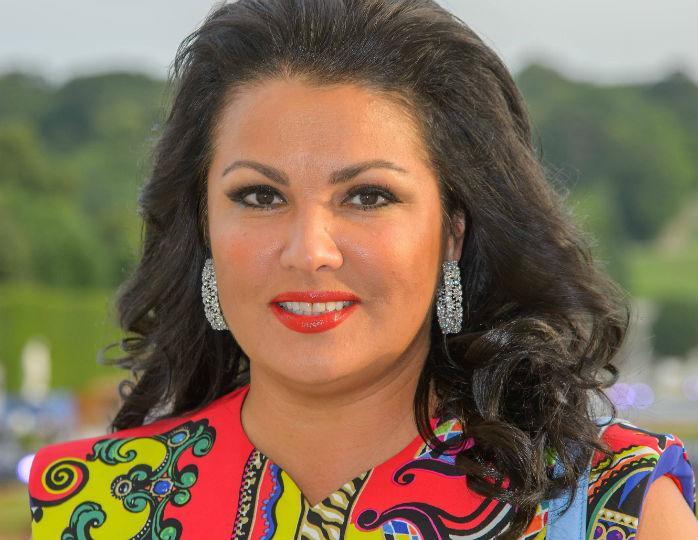 Анна Нетребко без макияжа и укладки предстала в домашней обстановке