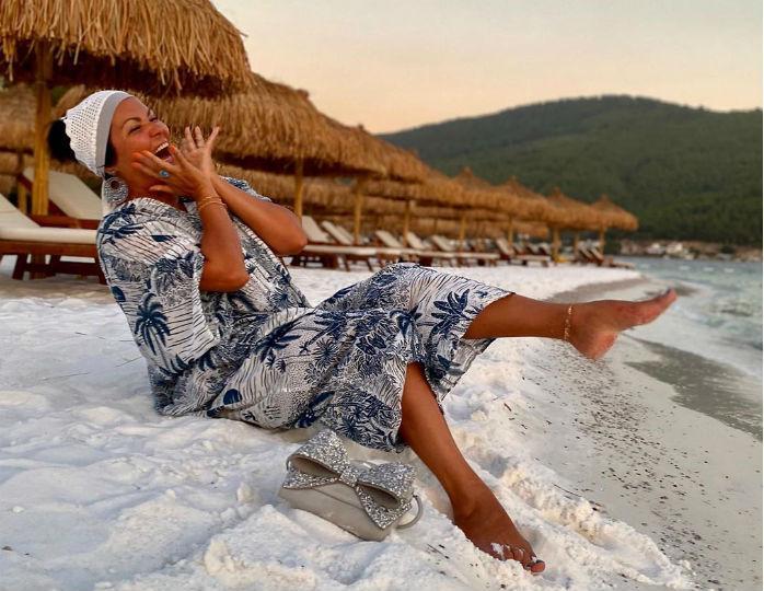 «Очень смело»: Нетребко в трендовом платье-балахоне блеснула на побережье Капри открытой зоной декольте