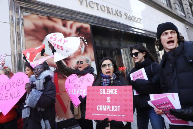 Скандал с Victoria's Secret: бренд раскритиковали за выброс нижнего белья