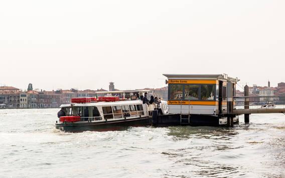 Transport publiczny w Wenecji: autobusy tradycyjne i wodne