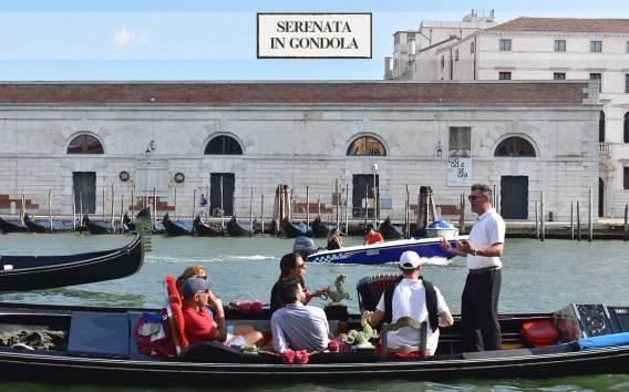 Venezia: tour in gondola Canal Grande con musica e cantante
