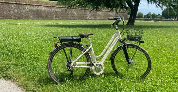 Lucca: City Sightseeing on E-bike