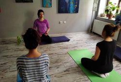 Nefes, meditasyon ve her seviyeye uygun yoga derslerimiz devam ediyor. Daha önce yogayı denemiş veya deneyimlememiş olman farketmiyor, Yoga Derslerine herkes katılabilmektedir. Seanslarımız 5 kişi sayısı ile sınırlıdır. Matınızı alın gelin, birlikte hareket edip birlikte deneyimleyelim.  Ruhunuzu dinlendirecek yoga dersinde, tecrübeli eğitmenimiz katılımcılara rehberlik edecektir. Keyifli sanat atölyemizde yoganın ruhunu keşfedip, beraber bu zamanı bir sanat merkezinde paylaşalım, çünkü yoga birleştirir!
