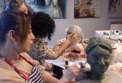 Heykel kursu, profesyonel heykel eğitmeni Nesrin İçen rehberliğinde gerçekleşmektedir. Başlangıç seviyesinden, ileri seviyeye kadar her bireyin katılabileceği eğitim programı 1 aylık periyotlar halinde devam edecektir. 15 yaş üzeri katılımcılara heykel eğitmenimiz birebir rehberlik edecektir.  1 Ay süren kapsamlı kurs boyunca, kil hamuruyla neler yapacağınızı detaylı olarak öğreneceksiniz. Hamura şekil verme konusunda yaratıcılığınız doğrultusunda özgürce çalışabileceksiniz. Şekil verilen kil hamurunu kalıplara döküp, alçı ile son haline getireceğiz. Fırınlanma ve boyama işleminin ardından heykel yapmaya dair tüm bilgileri teorik ve pratik olarak Taksim Artıkare Sanat Merkezi'nde öğreneceksiniz.