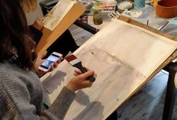 Resim Kursu, 1 aylık kapsamlı eğitim programıdır. Resim sanatına dair teorik ve pratik bilgilerin yer alacağı kapsamlı kurs programı, tecrübeli eğitmen rehberliğinde gerçekleşecektir. Güzel Sanatlar Üniversiteleri'nin gerekli bölümlerinden mezun eğitmenlerimiz, seviye farketmeksizin tüm katılımcılara birebir rehberlik edecektir.  Kurs süresince gerekli malzemeleri tanımak, teknikleri öğrenmek, suluboya - karakalem gibi kategorilerde çalışmalar yapılacaktır. Başlangıç seviyesinden, ileri seviyeye kadar gerekli tüm bilgi ve birikim katılımcılara aktarılacaktır.