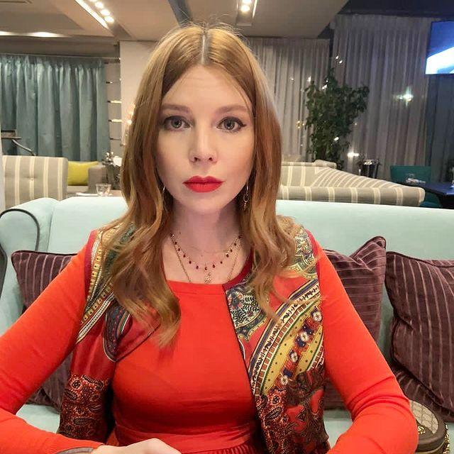 Стильная и стройная! Наталья Подольская с мужем посетили отчетный концерт сына