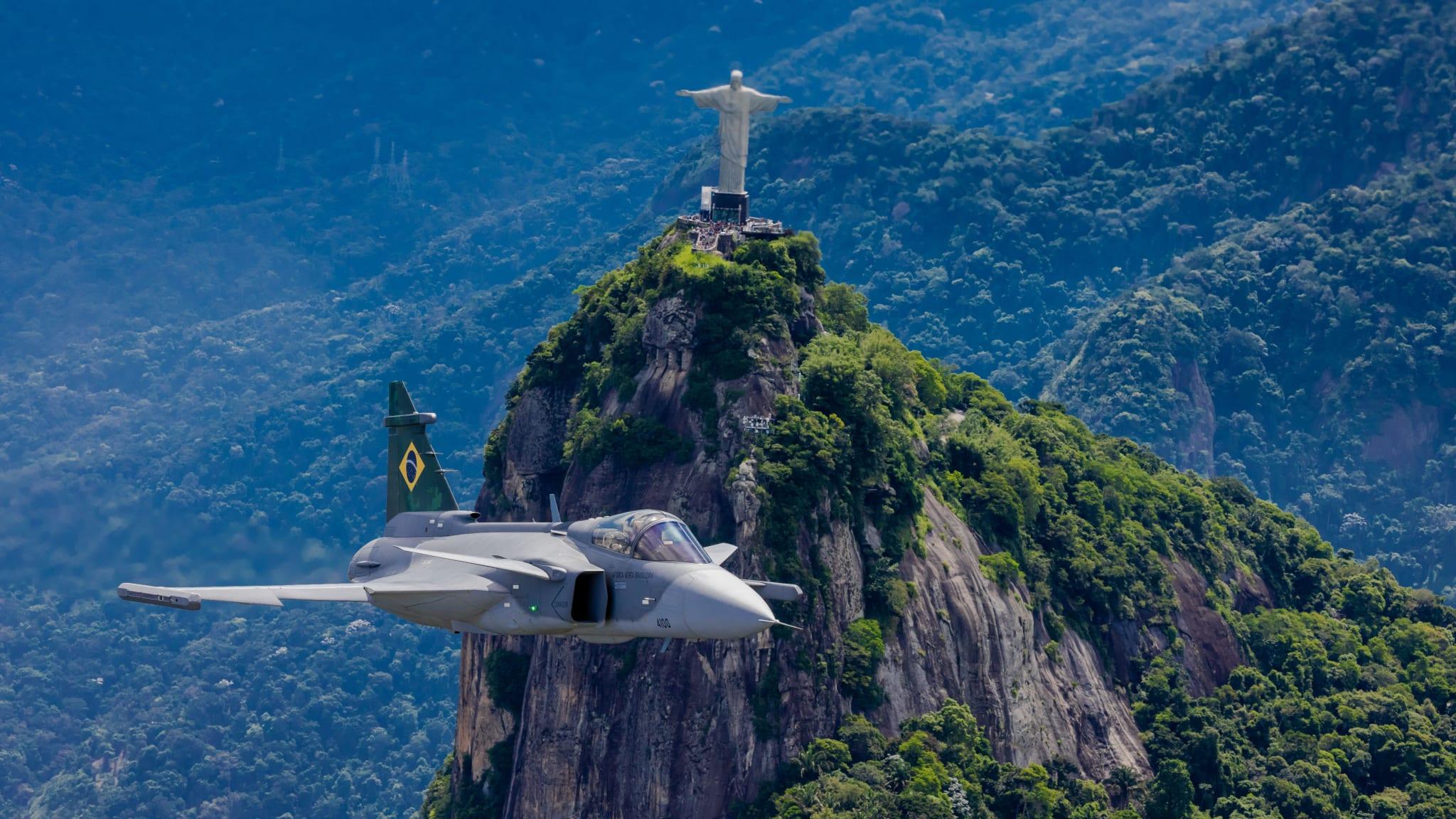 Gripen da Força Aérea Brasileira voando no Rio de Janeiro.