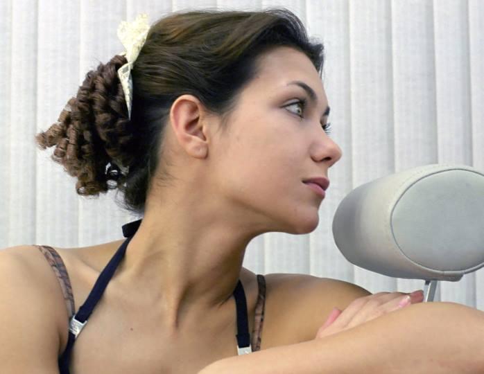 «Стригу недорого»: 42-летняя Климова на дому подровняла локоны маленькой Белле