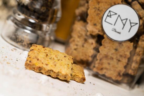 Sachet de 150G de biscuits salés, un gout par sachet au choix : Parmesan d'oignons, herbes de Provence, oignons épicés, trois messages par sachet, messages déjà prédéfinis