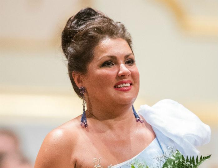 Долгожданное выступление: Анна Нетребко в нежно-голубом платье в пол спела дуэтом с мужем