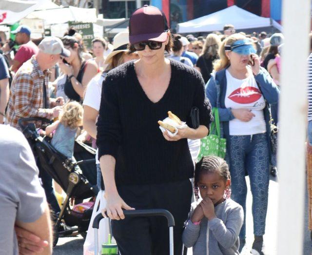 Шарлиз Терон замечена на шопинге с детьми в Лос-Анджелесе