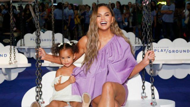 Модельный дебют 3-летней дочки Крисси Тейген: Луна в рекламной кампании с мамой