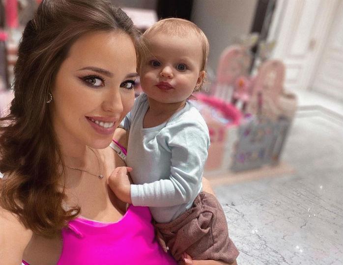 «Три красотки»: Костенко в шифоновом платье в горошек сделала фото с подросшими дочками