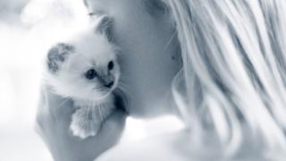 Tjej gosar med kattunge