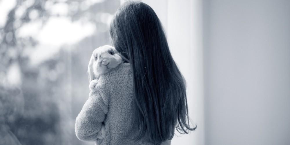 knuffelen met konijn