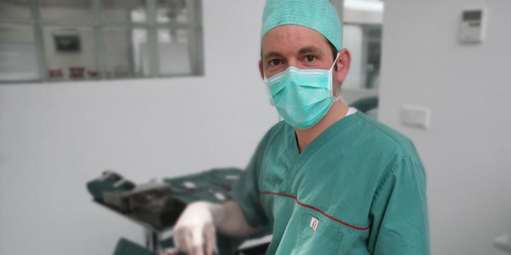 dierenarts bereid zich voor op operatie
