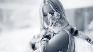 mens knuffelt kat