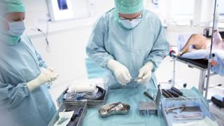 kirurger förbereder för operation av en hunds bakben