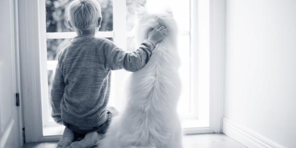 Kleiner Junge mit Hund