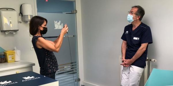La journaliste Solène Chavanne  en reportage à la clinique AniCura Armonia